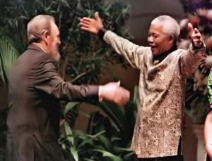 Abraço carinhoso entre os amigos Fidel e Mandela