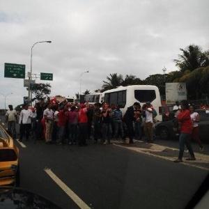 18jun2015---comitiva-formada-por-senadores-de-oposicao-no-brasil-foi-cercada-por-manifestantes-em-caracas-capital-da-venezuela-quando-estava-a-caminho-do-presidio-para-visitar-leopoldo-lopez-preso-por-1434669132064_300x300